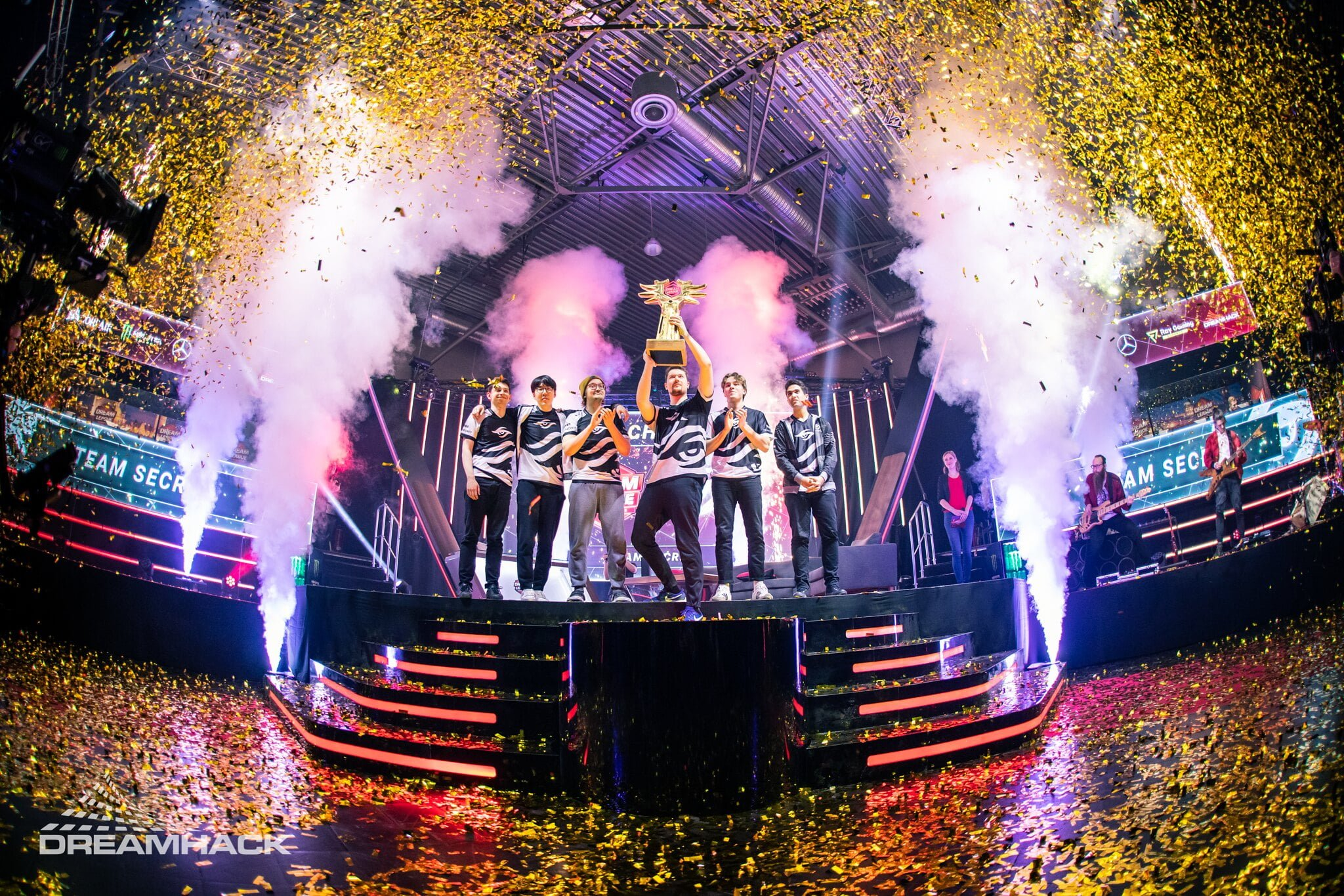 Team Secret levantando o troféu da DreamLeague 13