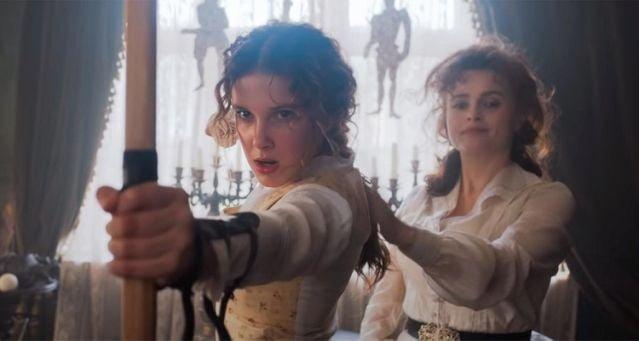 Enola (Millie) e Eudoria (Helena Carter) praticando arco e flecha