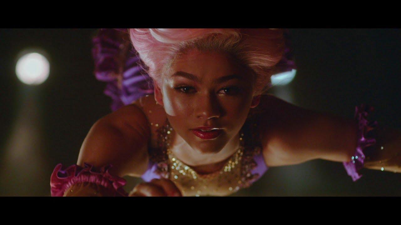 Zendaya como trapezista em O Rei do Show