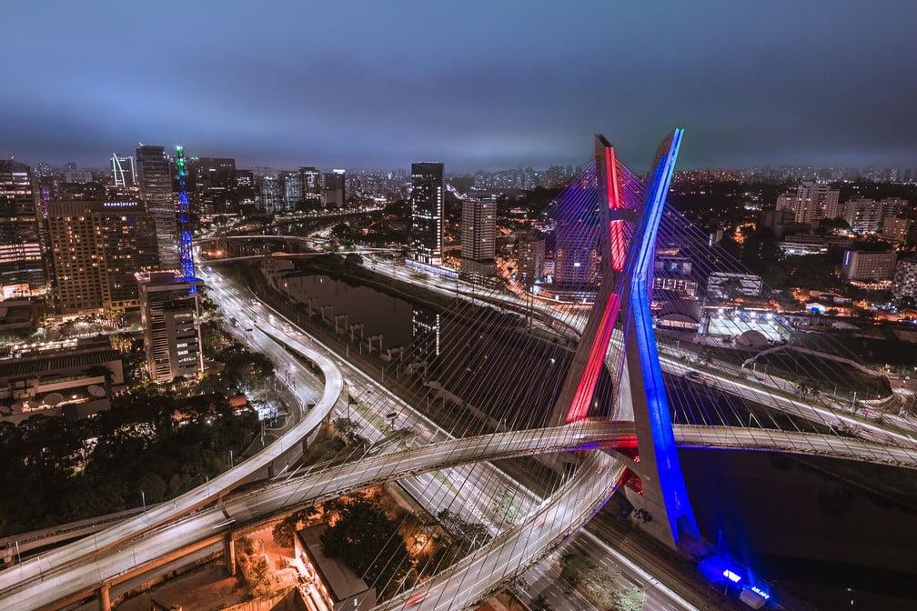 Ponte Estaiada iluminada nas cores azul e vermelha para a final do CBLoL