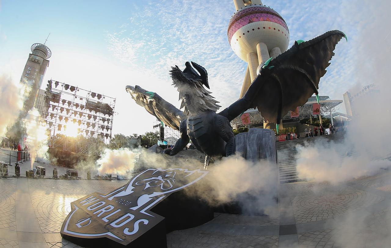 O Dragão Ancião virou estátua para a final do Worlds 2020 em Xangai