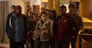 Mais que Especiais - cena com diversos atores olhando para a câmera