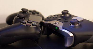 Imagem mostrando um controle de PlayStation 4 e um de Xbox One, ambos consoles de grande sucesso na indústria de games.