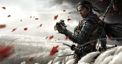 Imagem mostrando um samurai à direita em meio à um campo esbranquiçado, com folhas de bordo esvoaçando. O samurai faz uma expressão séria e segura uma máscara no braço direito, e uma katana no esquerdo. Esse samurai é Jin Sakai, o fantasma de Tsushima (Ghost of Tsushima)